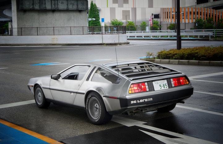 Le ministère du travail voyage dans le temps grâce à sa DeLorean